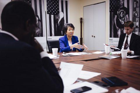 """Illinoisin osavaltion pakolaistyön koordinaattori Ngoan Le saapui monen muun RefugeeOne-järjestön työntekijän tavoin itsekin pakolaisena Yhdysvaltoihin. """"Me tiedämme, mitä pakolaisuus on ja mitä kotoutuminen vaatii"""", Vietnamista 70-luvulla paennut Le toteaa."""
