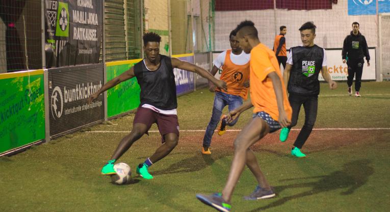 Turvapaikanhakijat nauttivat Münchenissä pelatusta Peace United -turnauksesta, joka järjestettiin yhteistyössä saksalaisen Buntkicktgut-järjestön kanssa.