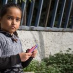 Pakolaistyttö Kreikassa.