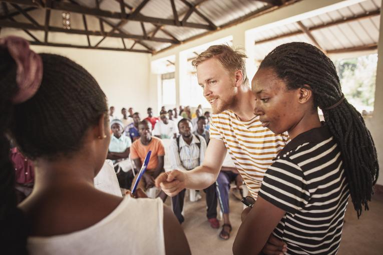 Kirkon Ulkomaanavun Ville Wacklin kommenoti tyttöjen liiketoimintasuunnitelmaa.