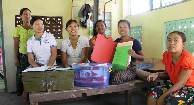 Hsar Oh Chaungin kylän naisten ryhmälaisiä.