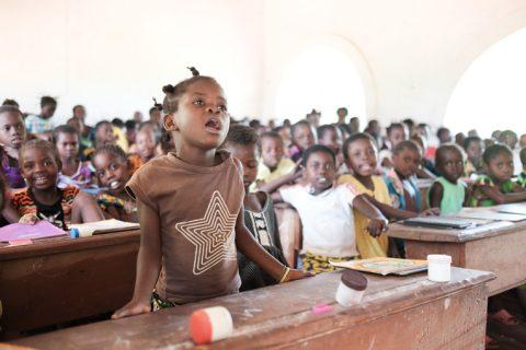 Keski-Afrikan tasavallassa yhdessä luokkahuoneessa voi opiskella jopa 150 lasta.