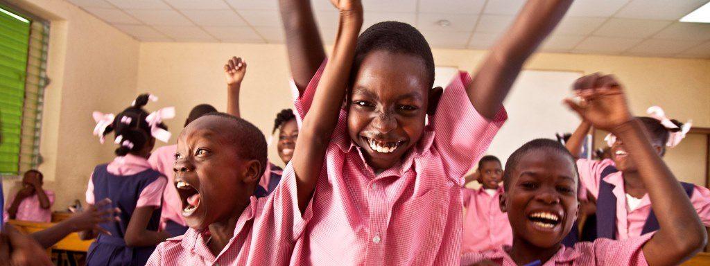 Kuvassa juhlivia lapsia. Liittyy kampanjaan lahjoituslauantai, kirkon ulkomaanapu.