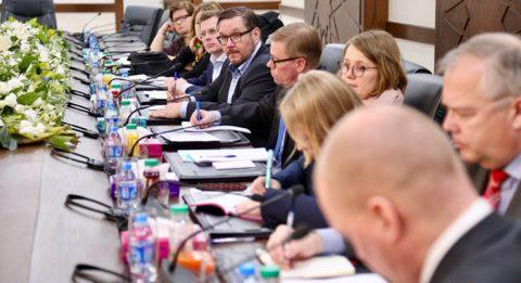 Suomalaisten puolueiden vaikuttajilla oli tiukka kokousaikataulu päättäjien ja eri järjestöjen edustajien kanssa. Kuva kokouksesta parlamentin ulkoasiainvaliokunnan kanssa.