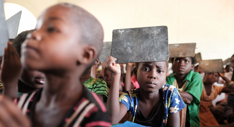 I Centralafrikanska republiken finns det plats för till och med 150 elever i ett klassrum. Kyrkans Utlandshjälp har återuppbyggt skolor som förstörts i konflikten.
