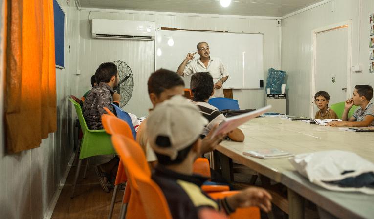 Nuorten englannintunti Kirkon Ulkomaanavun tiloissa Za'atarin pakolaisleirillä Jordaniassa.