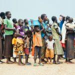 Ugandaan saapuneet eteläsudanilaiset vastaanottokeskuksen jonossa.