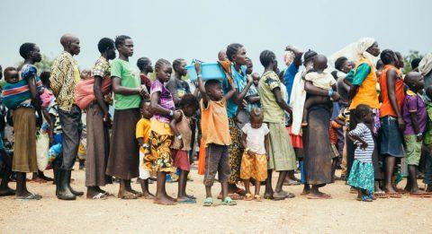 Ugandaan saapuneet eteläsudanilaiset vastaanottokeskuksen jonossa. Kuva: Tatu Blomqvist