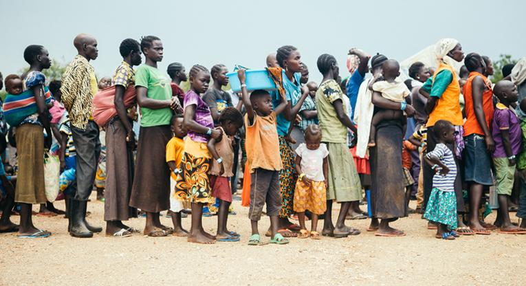 Ugandaan samana päivänä saapuneet Etelä-Sudanin pakolaiset vastaanottokeskuksen jonossa. Kuva: Tatu Blomqvist