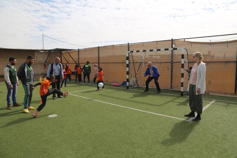 Tytöt halusivat tehdä vaikutuksen vierailijoihin KUA:n jalkapallokentällä Za'atarissa. Kuva Mohammed Barhoun