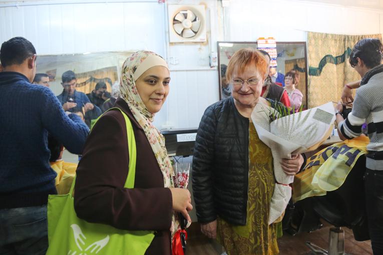 Tarja Halonen seuraamassa innokaita parturiopiskelijoita. Kuva: Mohammed Barhoun