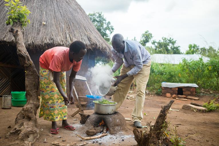 Alfred ja Dorine laittavat useimmiten ruokaa yhdessä. Dorine on käynyt Kirkon Ulkomaanavun viljelykoulutuksen ja toivoo kasvien monipuolistavan perheen ruokavaliota. Kivikkoisella maalla on vaikea viljellä ja moni pakolaisperhe sinnittelee pavuilla ja maissipuurolla. Kuva: Kirkon Ulkomaanapu / Tatu Blomqvist