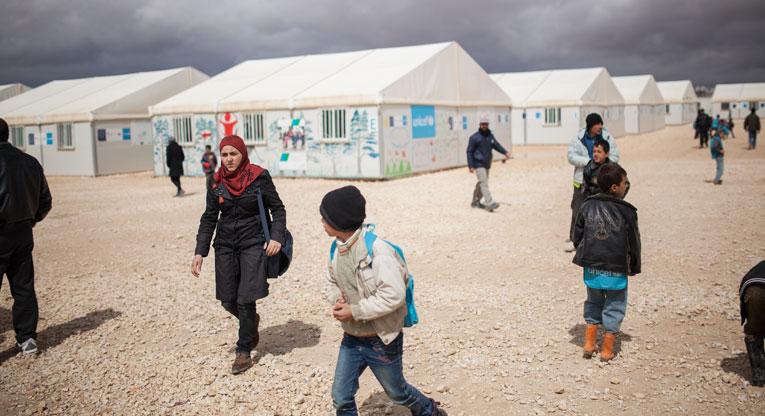 Syyrialainen Hanan matkalla kouluun Za'atarin pakolaislerillä.