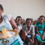 Ugandalaisen ammattikoulun oppilaat ovat iloisia aikaansaannoksistaan