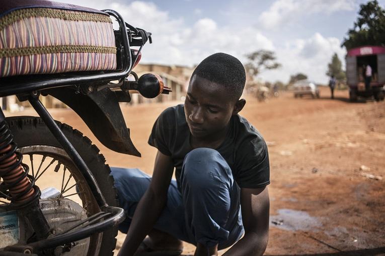 """Wilson Kiiza rakastaa työtään mekaanikkona. """"Parasta on, kun joskus pääsen koeajamaan moottoripyöriä."""" Kuva: Fredrik Lerneryd"""