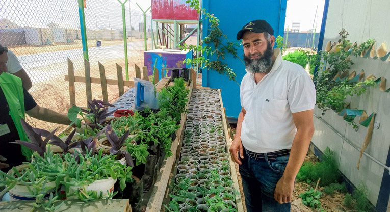 Abu Hashem opettaa viljelytaitoja nuorille Kirkon Ulkomaanavun koulutuskeskuksessa Azraqin pakolaisleirillä Jordaniassa.