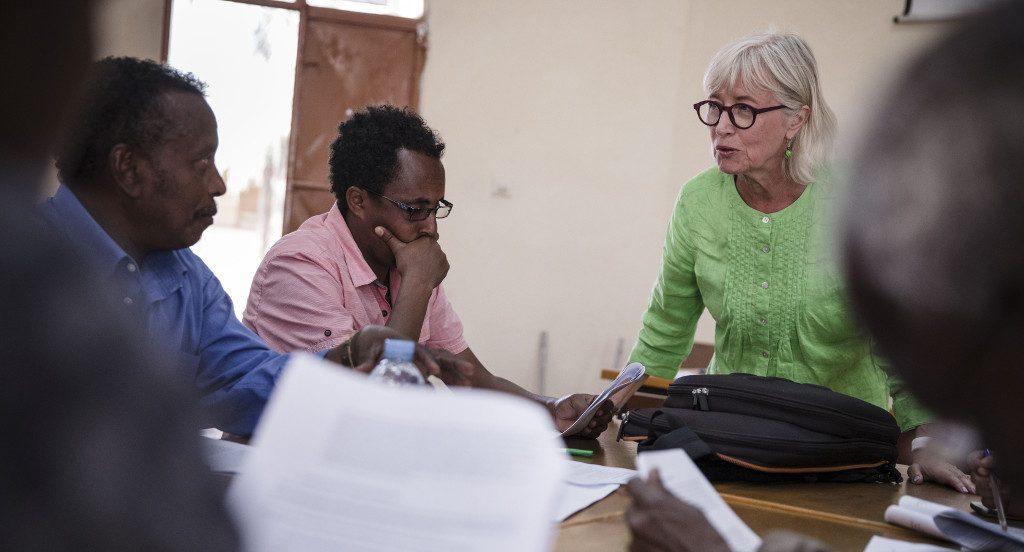 KUA:n opettajat ilman rajoja -vapaaehtoinen Eritreassa työskentelemässä paikallisten kolleegojen kanssa.