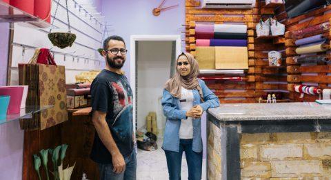 Asma'a ja Hussam kukkakaupassaan.