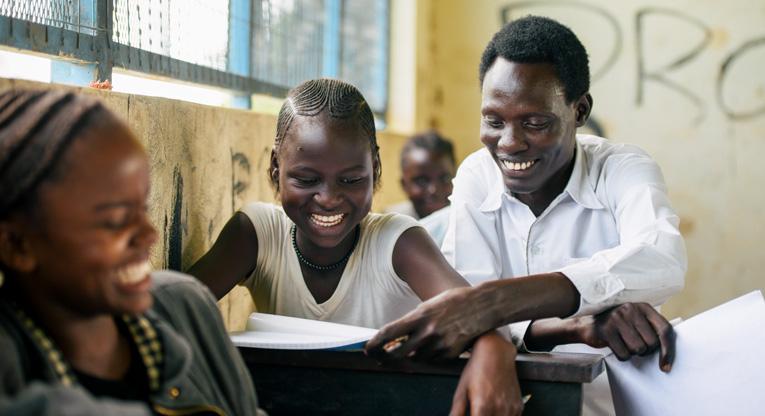 Johnson Kaka ohjaa oppilaita luokkahuoneessa.