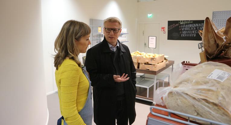 Kimmo Tiilikainen keskustelee myymäläpäällikök Else Hukkasen kanssa WeFood-myymälässä.