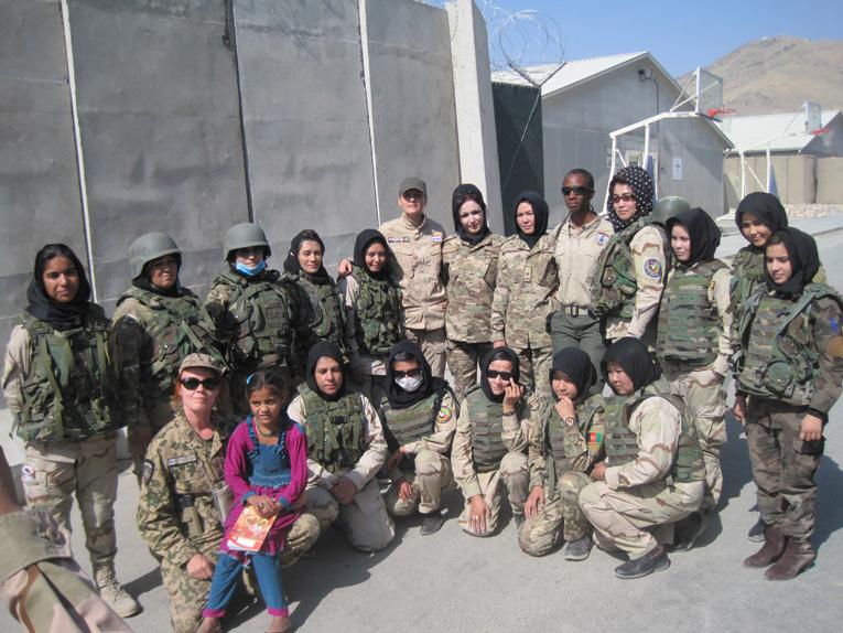 Naispoliisit ryhmäkuvassa.