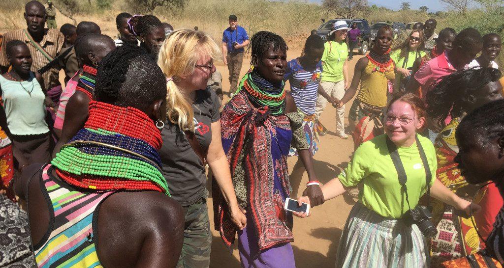 Opintomatkalla Keniassa lokakuussa 2018 yhteyshenkilöt kulkivat tanssien KUA:n rakentamalle koululle yhdessä oppilaiden vanhempien kanssa.