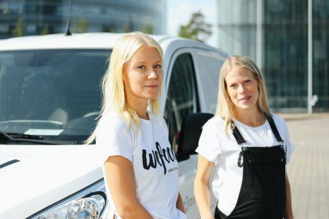 WeFood matsvinnsbutiken drivs nästan helt av frivilliga som Jenna och Tytti. Foto: Tatu Blomqvist