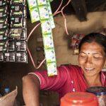 Kamu Sunar pitää kauppaa pienessä Bhardeun kylässä.