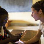 KUA tarjoaa mobiilimentorointia oppilaille Ugandassa opetuksen laadun parantamiseksi.