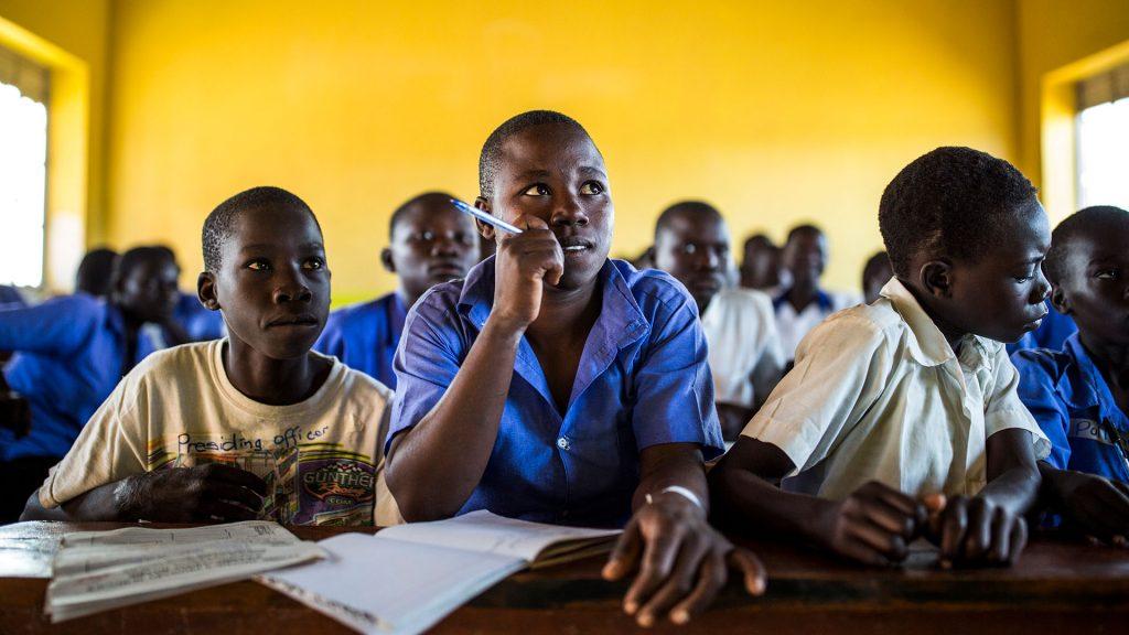Elever i grundskolan Mengo i flyktingbosättningen Bidibidi, norra Uganda.