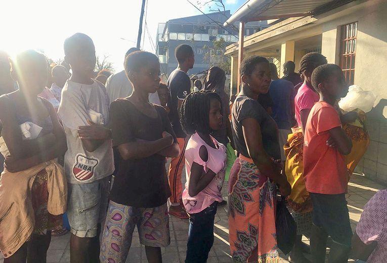 Kotinsa tulvien seurauksena menettäneet jonottamassa leipää Beirassa, Mosambikissa.