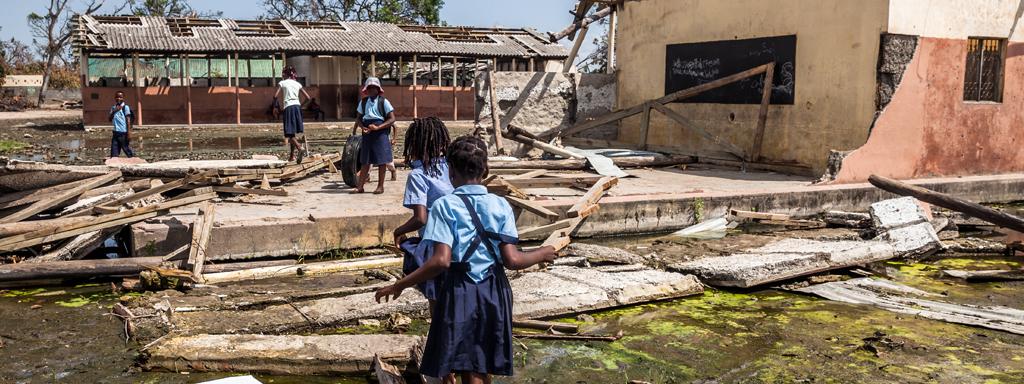 Lapset tuhoutuneen koulun pihalla Mosambikissa