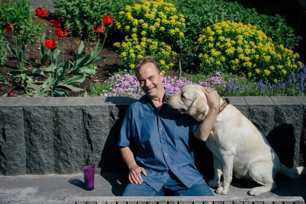 Tom Tukiainen ja labradorinnoutaja.