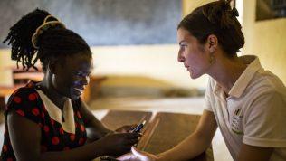 Opettajat ilman rajoja -vapaaehtoinen mobiilimentoroitavansa kanssa kännykät käsissä.