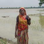 Debri Mukhiya tulvissa tuhoutuneen peltonsa edessä Saptakoshissa. Kuva: Bibek Balla / Tanskan Kirkon Ulkomaanapu