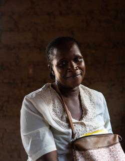 Laole opiskelee lukutaitoa Bozoumissa Naisten Pankin hankkeessa.