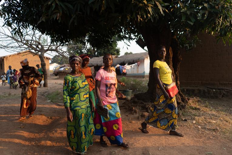 Lukutaito-opiskelijoita kävelemässä kotiin oppitunnin päätyttyä Bozoumissa.