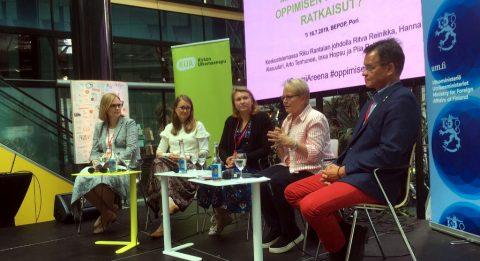 Hanna Alasuutari, Inka Hopsu, Piia Pelimanni, Ritva Reinikka ja Arto Tenhunen keskustelemassa oppimisen kriisistä SuomiAreenassa.