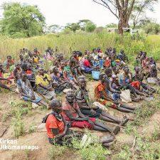 Kenialaisia pokot-heimon naisia istuu rauhankokouksessa savannilla.
