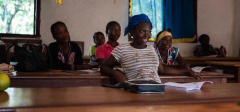 Naisia kuuntelemassa luokkahuoneessa.