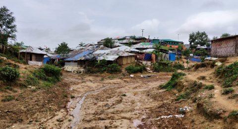 Tiet muuttuvat välillä mutavelliksi Cox Bazarin pakolaisleirillä.