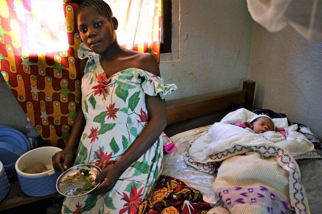 Antoinette Ngilawanin tarina on kongolaistytölle tyypillinen. Hän joutui keskeyttämään koulun kolmannella luokalla, tuli äidiksi 13-vuotiaana ja on nyt 20-vuotiaana neljän lapsen äiti.