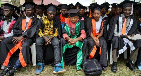 KUA:n tukemasta ammattikoulusta valmistuneita nuoria keväällä 2019 Ugandassa