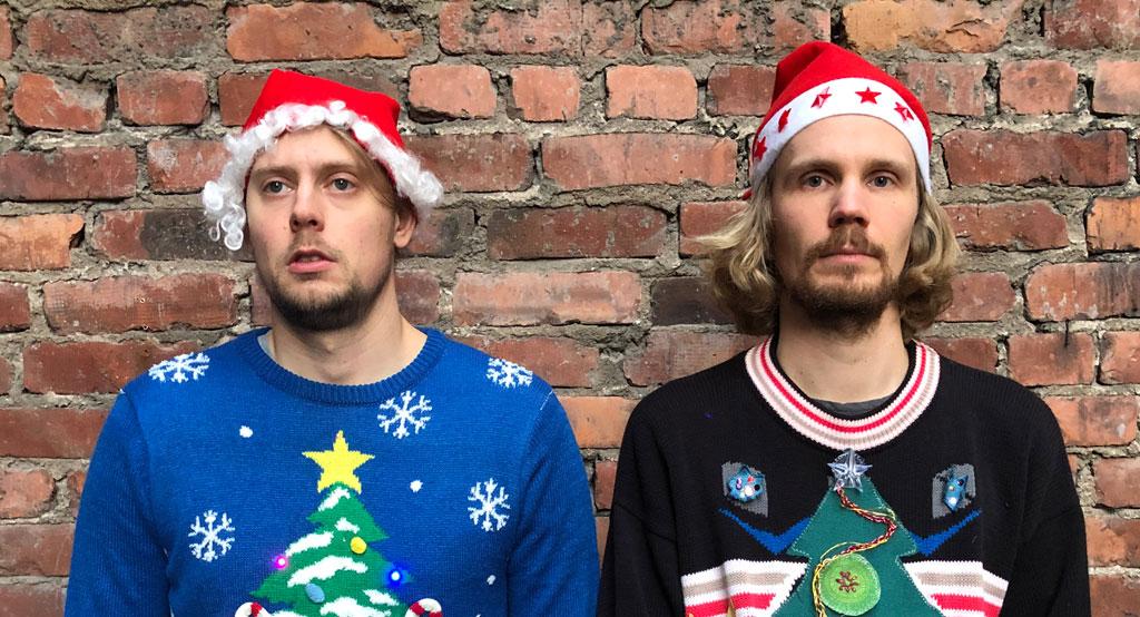 Kalevauva.fi-yhtyeen Aapo Niininen ja Kimmo Numminen tonttuhatut päässä, pukeutuneenä jouluisiin villapaitoihin.