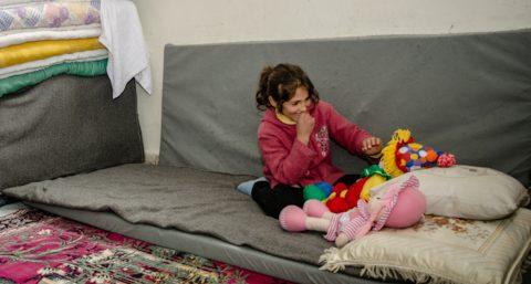 Tyttö leikki nukeilla Koillis-Syyrian Hasakassa sijaitsevassa pakolaiskeskuksessa.