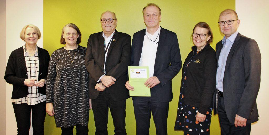 Kuvassa vasemmalta oikealle sopimuksen allekirjoittaneet Iiris Happo (OAMK), Hanna Ilola (TAMK), Jouni Hemberg (KUA), Jari Laukia (Haaga-Helia), Seija Mahlamäki-Kultanen (HAMK) ja Heikki Pusa (JAMK).
