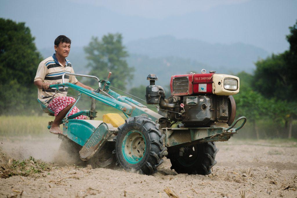 Työt maanviljelyksien parissa pitävät Khincha Lal Paharin kiireisenä.