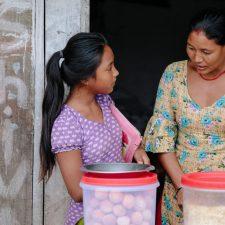 Nepalilainen Sindhuli kotitöissä.