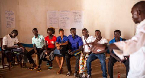 Nuoret keskustelevat KUA:n rauhanklubeissa Keski-Afrikan tasavallassa siitä, miten maata voidaan yhdessä kehittää kaikille paremmaksi paikaksi asua.