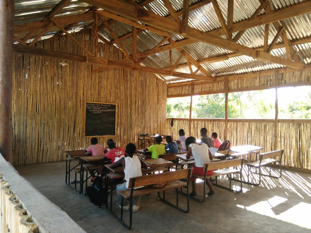 Ensimmäinen koulupäivä Mecombezi Ponten alakoulussa Mosambikissa vietettiin 4. helmikuuta 2020. Mosambikissa koulujen lukuvuosi alkaa helmikuussa ja päättyy marraskuussa.